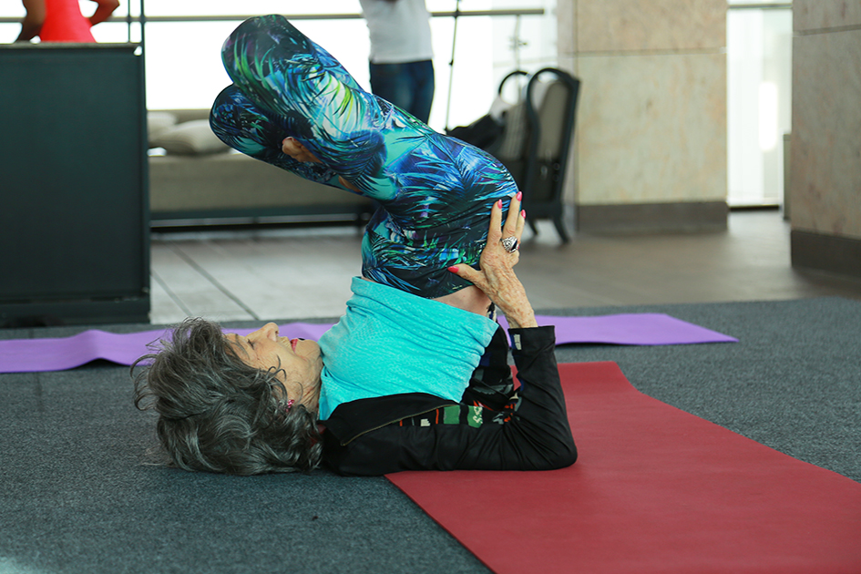 98-year-old yoga master Tao Porchon-Lynch teaching yoga in Bangalore, India - June 22, 2017